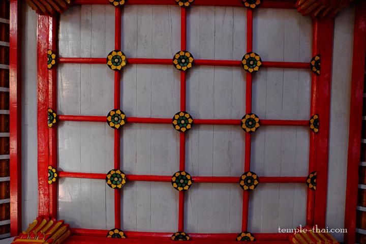 Plafond quadrillé