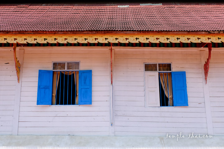 Mur blanc et volet bleu
