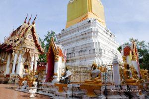 La base du Phrathat Muang Phon (พระธาตุเมืองพล) suivi de l'Ubosot