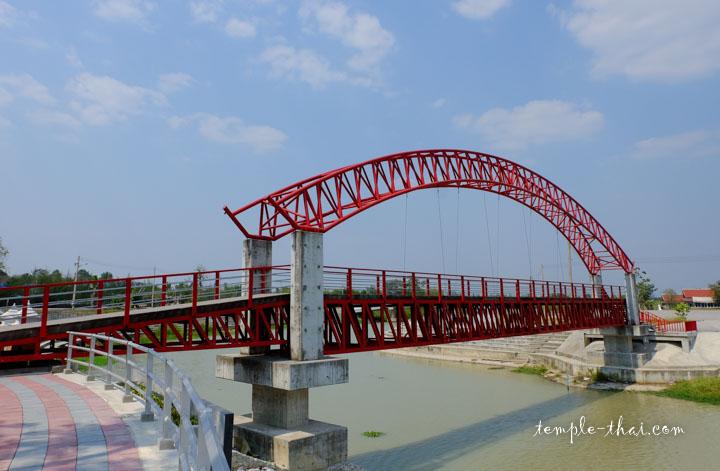 Pont rouge sur le canal