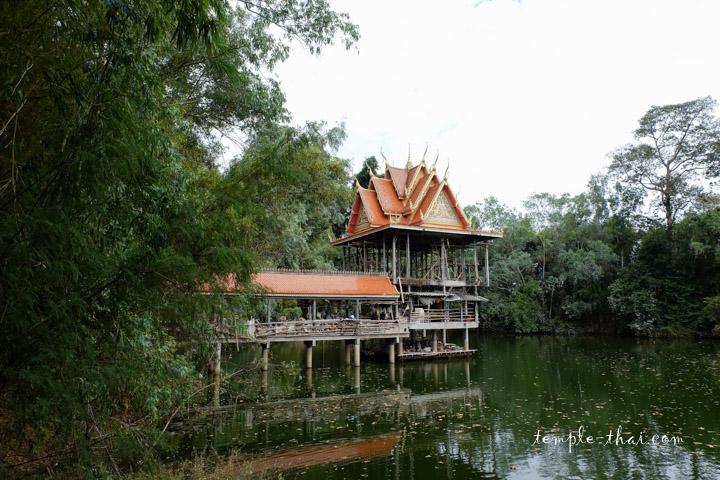 Pavillon sur un étang