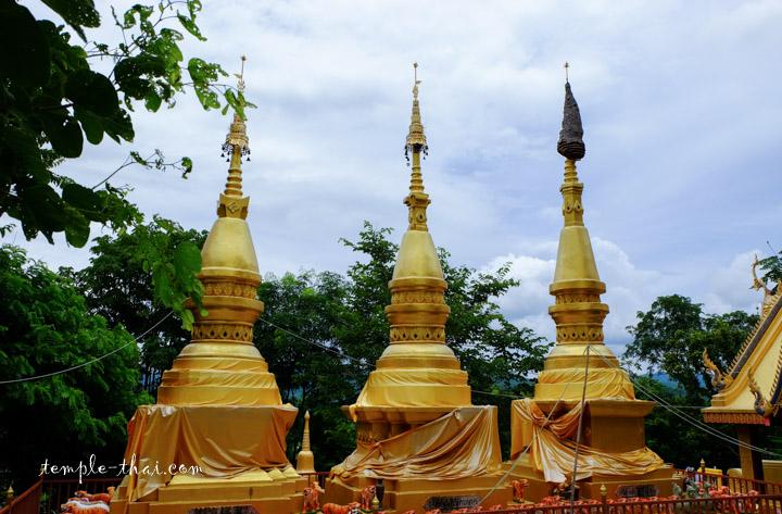 Trois stupas