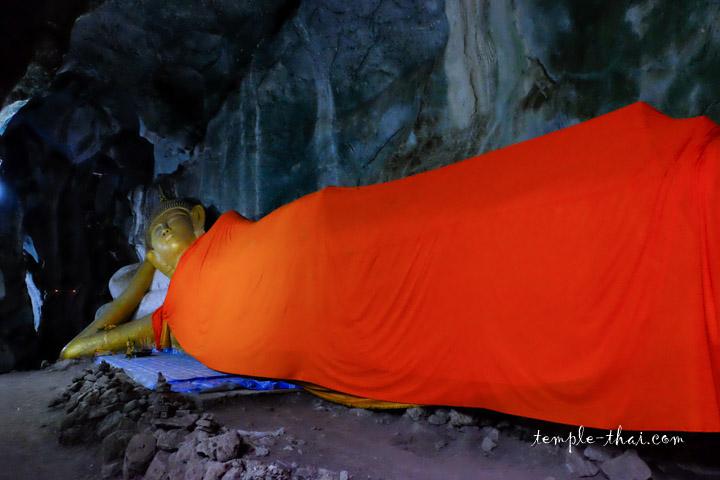 bouddha couché dans une grotte