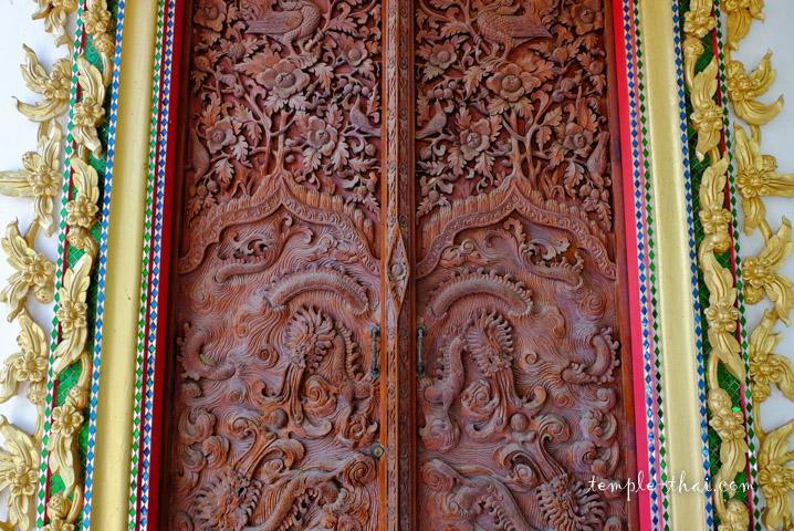 Porte sculptée bas-relief