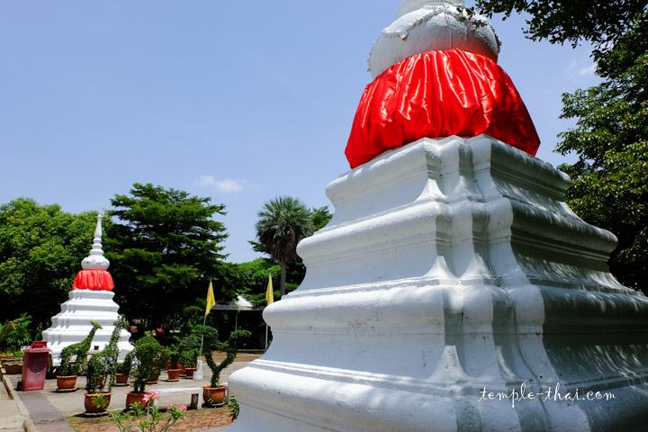 Stupas blancs